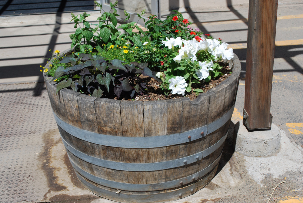 22 incredible ideas how to turn old things into beautiful for Diy wine barrel planter