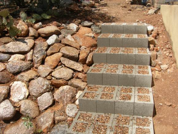 15 awesome diy garden steps and stairs for Escalera de bloque de jardin