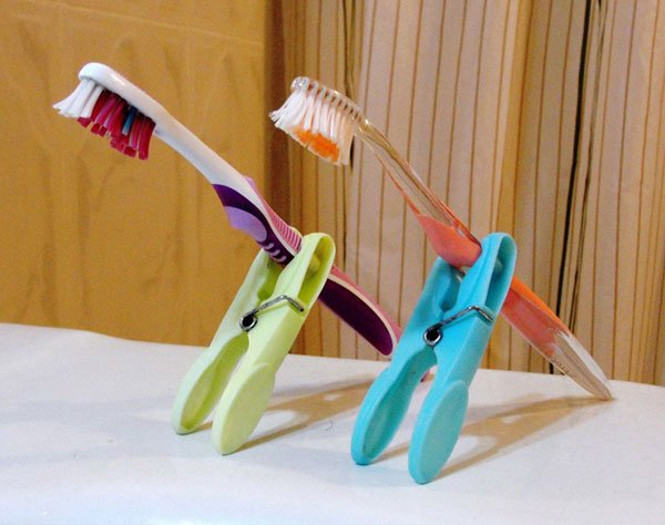 Make toothbrush holders from clothespins